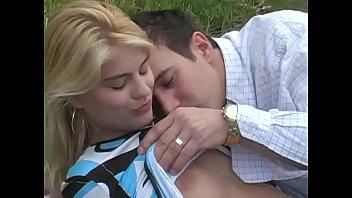 فتاة مع كبير الحمار شقراء مارس الجنس على العشب الأخضر