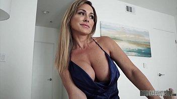 色情视频妈妈有很大的胸部得到吸你的家伙