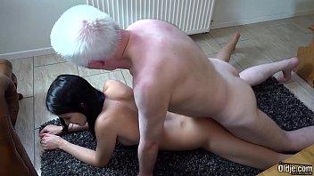 他乱搞他的妹妹的色情,爷爷他妈的孙女在地毯上