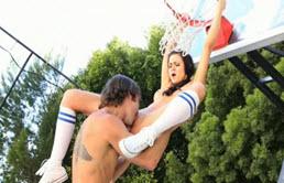 के साथ एक युवा 18 वर्षीय बास्केटबॉल कोर्ट पर