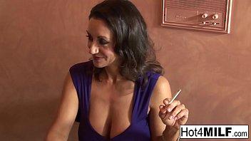 योनि बालों वाली वह धूम्रपान करने के लिए जब वह में उसे गीला बिल्ली