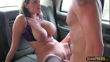 金发碧眼的milfa大的胸部变得搞砸在一辆出租车
