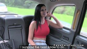श्यामला बड़े स्तन के साथ उसे सवारी टैक्सी में और फिर एक ड्राइवर के साथ