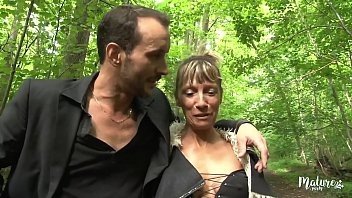 来自该国的成熟夫妇在森林里做爱