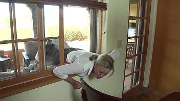 锁在窗户上,被两个邻居性交