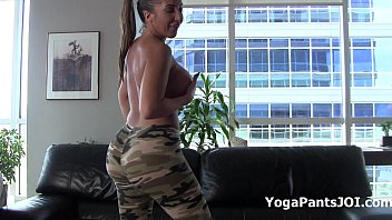 她做运动时在网络摄像头上展示了她美丽的乳房