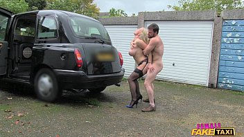 एक टैक्सी चालक के साथ सेक्स पीछे से कार से बाहर गड़बड़