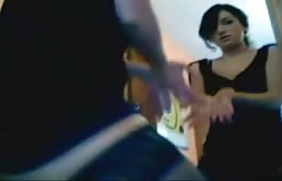 友達のために部屋の前で踊る