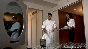 एक होस्टेस को सेक्स करने के लिए एक ग्राहक के साथ एक होटल के कमरे में