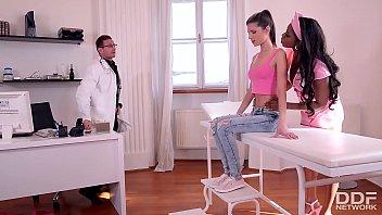 医生和护士的黑人女孩,她搞砸一个客户的ob/gyn