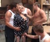 3暴徒是在嘲笑一个金发碧眼的,我会放弃的屁股,并在她的阴部