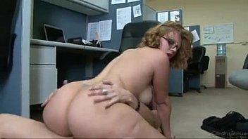एक Bucoasa गड़बड़ हो जाता है उसके कार्यालय में एक कर्मचारी द्वारा