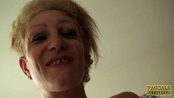 金发碧眼的纹身的贱人操积极地在她的屁股,并在她的阴部
