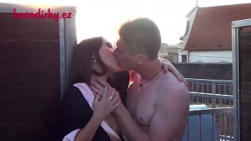 她吮吸阴茎并且他舔她的猫在后院
