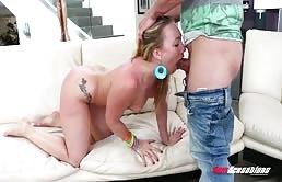 सुनहरे बालों वाली लड़की के साथ छोटे स्तन और उसके प्रेमी द्वारा गड़बड़