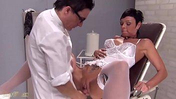 امرأة سمراء مع قصيرة الشعر مارس الجنس في كسها من قبل الطبيب