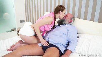 सेक्स के साथ दादा के साथ पोती के गर्म