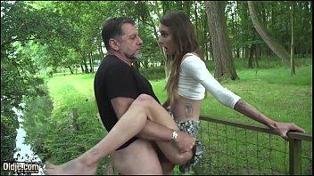 فتاة في المدرسة الثانوية سر الجنس في حديقة مع نائب الرئيس نائب الرئيس في فمها