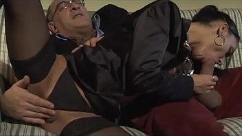 أفلام على الانترنت, سكس المحارم رجل عجوز سعيد هو أن تمتص الديك صاحب المعاش.