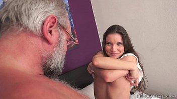 ممارسة الجنس مع رجل يعطي راتبه التقاعدي إلى ابنة ممارسة الجنس معه