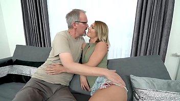 होने सेक्स के साथ एक बड़ा आदमी जानता है कि कैसे को संतुष्ट करने के लिए एक युवा महिला, के लिए उचित तरीका चाटना चूत