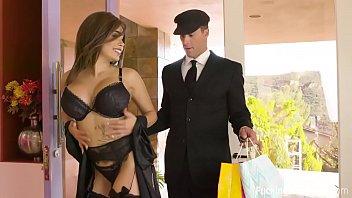 यह से आता है और किराने की दुकान पाता है, अपनी पत्नी को सेक्सी कपड़े पहने