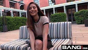وقد لطيفة شريك مص قضيب على كاميرا ويب و يبتلع نائب الرئيس ممارسة الجنس مع فتاة خارج على الأريكة
